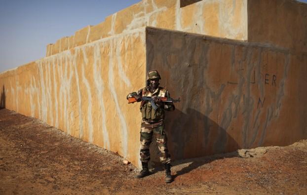 Un soldato del Niger, durante un pattugliamento a Gao, in Mali (Joe Penney, Reuters/Contrasto)